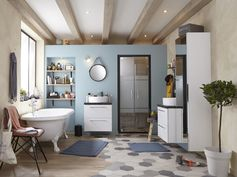 Salle de bains tendance avec carrelage au sol effet bois et béton. #salledebains #carrelage #tendance #ideedeco