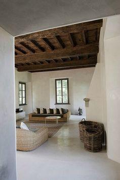 Maison ancienne - décor minimaliste - sol en béton ciré blanc