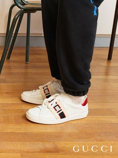A new distinct detail of the House, the Gucci jacquard stripe draws inspiration from tape logos running down the sides of vintage tracksuits from the 80s. Repurposed as an elastic detail, the band tops this white leather sneaker.