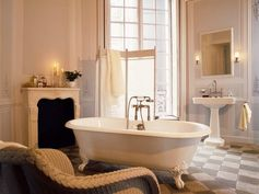 Take a bath like Marie-Antoinette in this grand bathroom with fireplace. © Hansgrohe