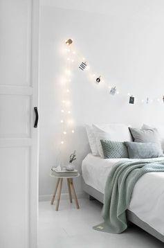 Cette chambre au design épuré et avec un accent vert menthe passera à travers le temps.