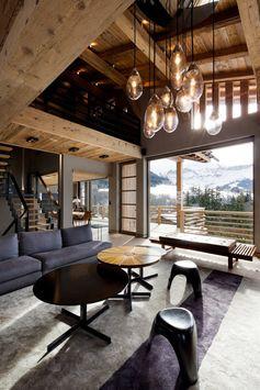 Un intérieur de chalet moderne et design.