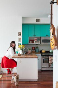 peinture pour meuble de cuisine en turquoise, murs blancs, plan de travail de l'îlot en plusieurs nuances du marron , guitare électrique suspendue au mur