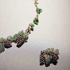 Vintage High Jewellery, Chaumet. Grapes parure, circa 1850, currently displayed at our Imperial Splendours exhibition.⠀ #ImperialSplendours #ChaumetArtOfJewellery #ChaumetPalaceMuseum #ChaumetinBeijing