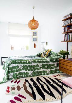 Green bedroom ambiance jungle, plante tapis en peau chambre ambiance exotique linge de maison motif pastèque tapis dessin peau de bête suspension boulle