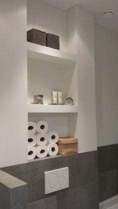 Mooi en functioneel nisjes boven het toilet van de badkamer.