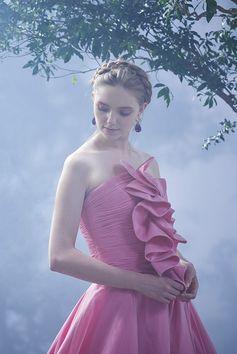 華やかなピンクと淡いピンクのチュールを重ねたドレスで、写真映えする一着。胸元のラッフルが、バストラインを豊かに見せてくれる一着。