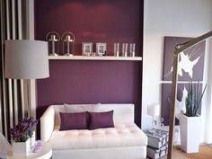 peinture salon en couleur aubergine et coussins en aubergine sur le canapé blanc
