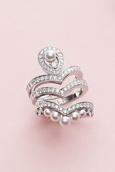 Make it yours with the Joséphine Aigrette stackable rings. White gold, brilliant-cut diamonds and Akoya-cultured pearls.