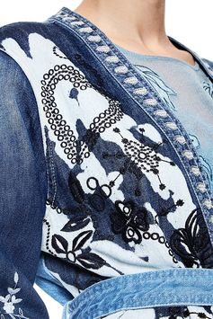Women's long denim jacket with deconstructed design and patchwork. Belt detail and contrasting embroidery. Discover all on Desigual website.