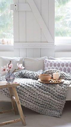 decoração hygge coberta de lã cinza e flores