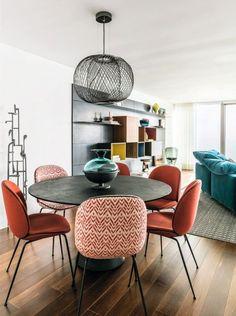 Sobre o piso de nogueira maciça, a mesa Clay, design de Marc Krustin para a Desalto, une-se às cadeiras Beetle, do GamFratesi Studio para a Gubi (Foto: António Chaves / Divulgação)