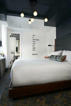 chambre design complete en blanc et gris anthracite avec des luminaires suspendus en forme d ampoules