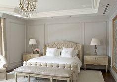 moulures-décoratives-murales-peintes-gris-perle-tête-lit-capitonnée