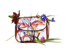 Women's white maxi messenger bag with contrasting arty print and flap closure with pocket. Measures 28 x 7 x 21 cm. Find it on Desigual website.