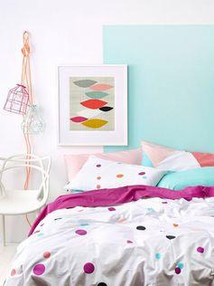 linda cama, quadro e luminária de cabo