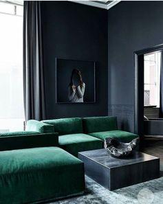 Sehr edel: smaragdgrüne Polster, schwarze Wände