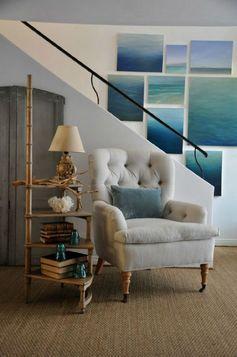 Les peintures turquoises de la mer sur le mur blanc donnent tout l'intérêt à la pièce et à cette montée d'escalier. J'aime la moquette en sisal sur le sol qui donne un air de vacances à ce séjour.