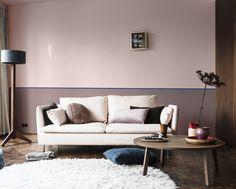 Dulux Valentine - Salon avec un effet de hauteur sous plafond grâce à une teinte plus foncé en sous-bassement  -Teintes :Rose Organza, Brun Cachemire, Myrtille