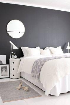 Chambre avec mur noir.