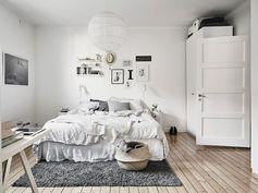 Chambre dans des tons risn très douce. drap en lin et plaid en laine, panier boule en rotin, détails originaux .  home-tour-chambre-lit-drap-gris-mademoiselle-claudine