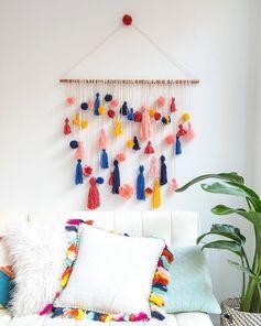 idées DIY tenture murale pompons déco coussin pompons