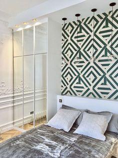 Le papier peint Wynwood vert et doré de Nobilis dans une chambre. Projet de l'agence ACB Architectes. © Agence ACB Architectes. #papierpeint #wallpaper #wallcoverings #interiordesign #interiordesignideas #deco #décoration #decorationideas #decor