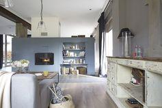 Un foyer chaleureux au coeur du séjour. #homedecor
