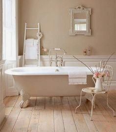 salle de bains avec baignoire sur pied ancienne et déco shabby