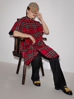 A stand-collar poncho insulated in double-faced wool cashmere. Inspired by the varied clans and tribes of the British Isles, it is presented in Modern Stewart Royal tartan and has a solid-colour reverse. Adjust the relaxed fit by fastening the underarm button-tab closures.