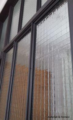 Une verrière ou cloison atelier  en verre armé.