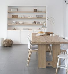 Inbouwkast in nis met houten planken en gesloten gedeelte aan onderzijde...
