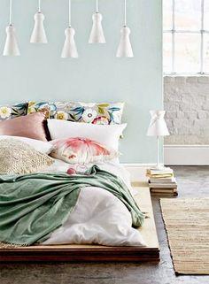 Décliné de teintes pastel dans cette chambre verte et rose