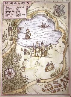 """Mapa del colegio Hogwarts, basado en los textos y diseños de J.K. Rowling.Kiko Sánchez, 2012 Este mapa está basado en el que J.K. Rowling dibujó a mano alzada como guía para ubicar las diferentes zonas del castillo. Todos los elementos que aparecen son """"canon"""" y coinciden con la visión del castillo que la autora tenía en mente cuando escribía sus obras."""