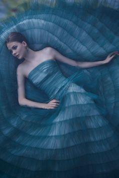 チュールを何層にも重ねた深いグリーンのドレス。軽やかにも深みのあるイメージにも着用いただけます。