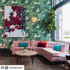 This ... all of it...  The wallpaper the pink couch the Colors the gold wall sconce light ...and the art ....  Monday arvo bombshell inspo in a nutshell ...  Thx @residencenl for the inspo x  #interiorinspo #interiorstyle #interiordesign #styleinspo #wallpaperdecor #interiorstylist #greenhouseinteriors