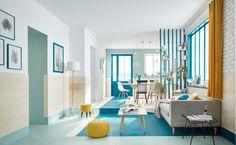 Grands aplats linéaires pour un espace en perspective avec une déco bleu et bois