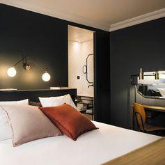 Une peinture sombre et des coloris chaleureux pour une chambre cossue
