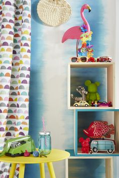 Un salon plein de couleur avec la tendance California ! Du jaune pour les accessoires, du bleu sur les murs et de la matière pour les meubles. #tendance #madecoamoi #salon #color #escalier #canape #peinture #lustre #meuble #bois #papierpeint #wallpaper #leroymerlin