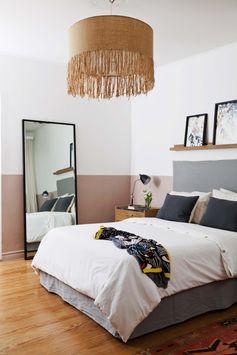 Una franja rosa despierta al dormitorio joven en un chalecito renovado de Hurlingham. La cabecera de la cama y el cubresomier, en impecable canvas gris.