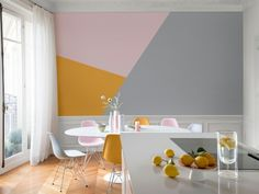 Des triangles rose, jaune et gris sur le mur de la cuisine - Gamme de peintures Hypnotik