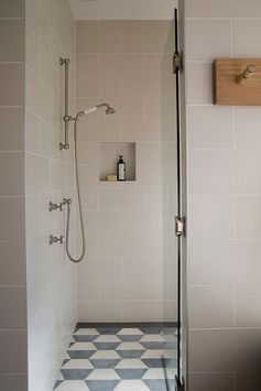 Simple et graphique, douche à l'italienne, niche | simple and graphic bathroom, walk-in shower
