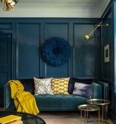 mur et canapé bleu canard