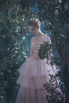 スモーキーなピンクとアイボリーのチュールを重ねたボリュームドレスでありながら、やわらかく優しい印象のドレス。