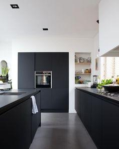 7x stijlvolle keukens met een zwart aanrecht - Alles om van je huis je Thuis te maken | HomeDeco.nl