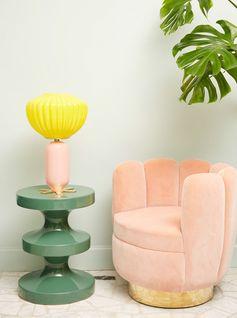 Ce fauteuil en velours est entièrement habillé d'un subtil mélange de rose poudré, bleu Klein, et vert olive pour lui conférer audace et sensualité. La décoratrice s'inpire ici des souvenirs de son enfance américaine, entre télévision sixties et comic strips.