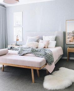 la plus belle chambre du monde, couleur pastel en gris et rose pale, tapis en fausse fourrure blanche