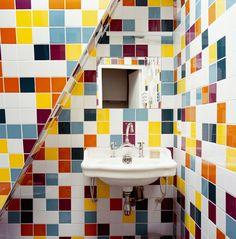 Une salle de bains multicolore pétillante