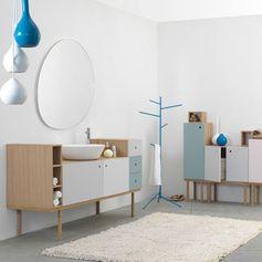L'influence nordique souffle dans les salles de bains. Bois blond, blanc et couleurs pastel imposent les codes du style scandinave. Une tendance douce, simple et lumineuse.
