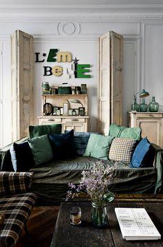 Deux appartements, l'un est ancien, l'autre contemporain. qui ont comme fil conducteur le gris et le vert, des vieux meubles patinés et des objets chinés.